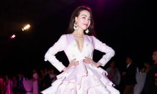 Trà Ngọc Hằng vất vả mặc đầm nặng hơn 150kg vải của Lý Quý Khánh