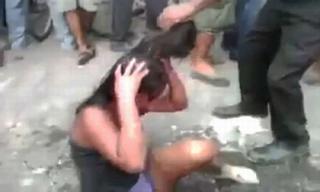 Cô gái 16 tuổi bị dân làng đánh đập và thiêu sống