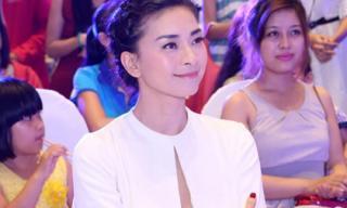 Ngô Thanh Vân diện váy trắng giản dị giao lưu cùng khán giả