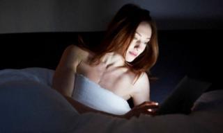 Những lý do khiến bạn không nên để đồ điện tử trong phòng ngủ