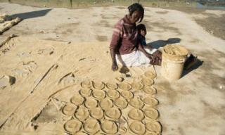 Cuộc sống khốn khó của người dân nghèo làm bánh bùn để ăn