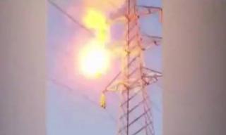 Cô gái bùng cháy như ngọn đuốc khi leo lên cột điện cao thế