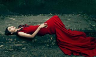 Chân dài Kim Nhung đẹp bí ẩn với thiết kế của Đỗ Mạnh Cường
