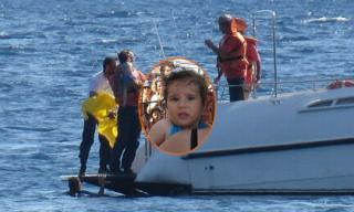 Bé 10 tháng tuổi sống sót sau khi bị bố mẹ bỏ quên trôi trên biển