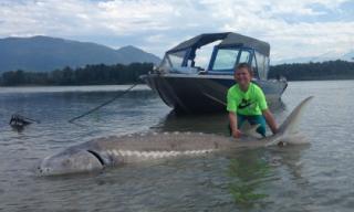 Bé trai 9 tuổi bắt được cá khổng lồ 272 kg