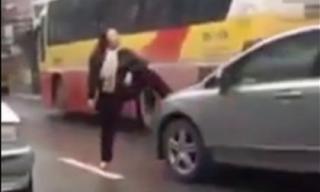 Cô gái ngang nhiên đi lại và chặn xe giữa đường
