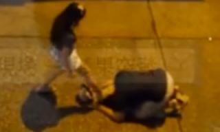 Sốc với cảnh cô gái giẫm đạp lên đầu bạn trai đang quỳ lạy