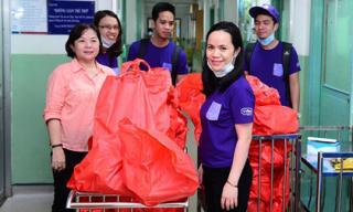 Trao tặng hàng trăm phần quà thiết thực cho bệnh nhi