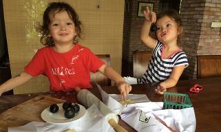 Hai con Hồng Nhung tập tành làm bánh cực yêu