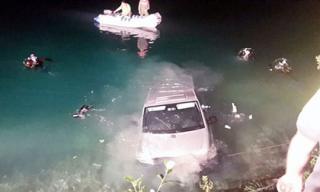 Mải mê 'quan hệ' trong ô tô, cặp đôi phi thẳng xe xuống hồ