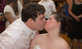 Đám cưới xúc động của cô gái bị bệnh down