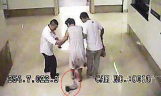 Khoảnh khắc mẹ đẻ rơi con ngay trên hành lang bệnh viện