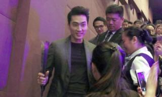 Song Seung Hun bị fans nữ bủa vây tặng hoa