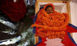 Người đàn ông thấp nhất thế giới đã qua đời