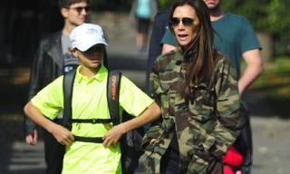 Victoria Beckham mặc áo rằn ri cực chất 'sánh bước' cùng con trai