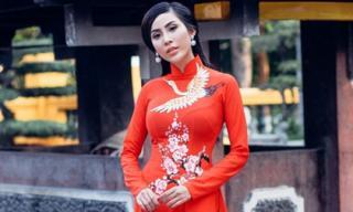 Siêu mẫu Trương Hằng diện áo dài duyên dáng vãn cảnh chùa cuối năm