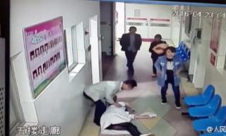Chồng đánh bác sĩ ngất xỉu vì vợ xuất huyết sau sinh