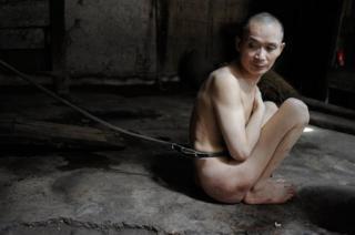 Người đàn ông bị xích trần truồng suốt 23 năm