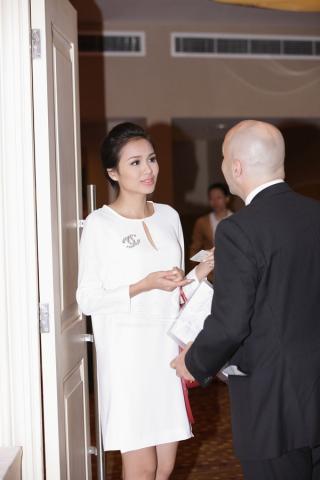 Kim Hiền 'hẹn hò' giải đồng siêu mẫu 2012 Công Tuấn đi chọn áo cưới