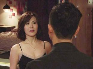 Cho bạn thân ở nhờ, vợ rình camera thấy bạn ôm ông xã mình từ phía sau và phản ứng bất ngờ từ chồng