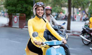 Hoa hậu H'Hen Niê hoá cô gái Sài Gòn xưa: Diện áo dài nền nã, lái xe máy đi sự kiện