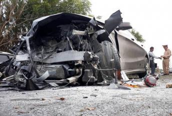 Xế hộp bay qua dải phân cách, tông trực diện vào xe 7 chỗ khiến 1 người chết 3 người bị thương