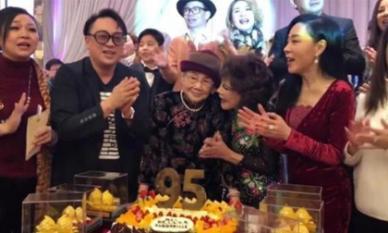 Mẹ Mai Diễm Phương tổ chức tiệc mừng thọ 600 triệu đồng lấy từ di chúc của con gái, xung quanh la liệt quà dát vàng