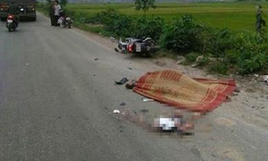 Cố vượt 'hung thần' container, người đàn ông đi xe máy ngã ra đường chết thảm