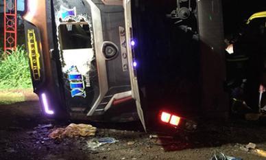 Lật xe khách trong đêm ở Đồng Nai, 2 người chết 17 người bị thương