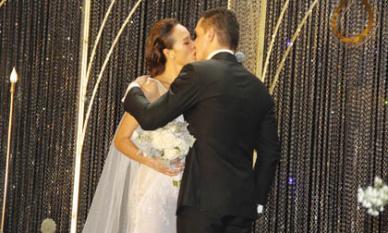 MC Phương Mai ngọt ngào hôn chồng Tây trong đám cưới