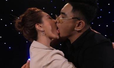 Hot girl ngực khủng 'gây sốc' với màn hôn phản cảm trên sóng truyền hình