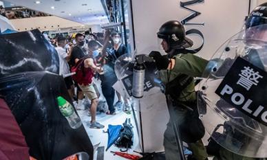 Cảnh sát Hong Kong đụng độ dữ dội với nhóm biểu tình tại trung tâm thương mại