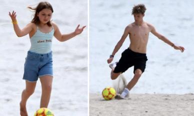 Nhóc tỳ nhà Beckham đá bóng trên bờ biển, Harper cực đáng yêu còn Romeo thể hiện kỹ thuật sút bóng điệu nghệ