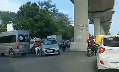 Cố luồn lách qua ngã ba, tài xế xe ôm công nghệ kéo toác đầu taxi rồi bỏ chạy