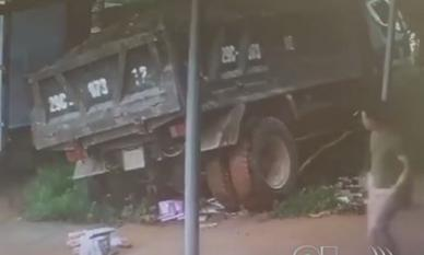 Xe tải bất ngờ chồm tới, người đàn ông thoát nạn trong tích tắc