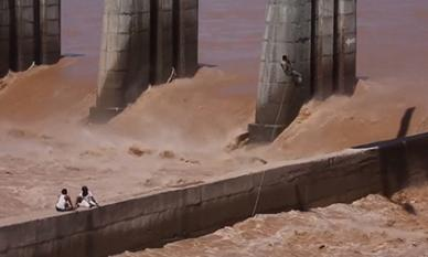 Màn đu thang dây từ trực thăng, giải cứu người dân khỏi dòng lũ như phim hành động