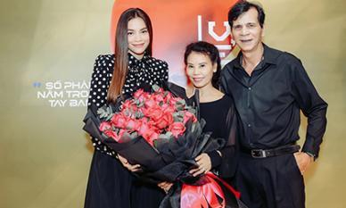 Hồ Ngọc Hà được cha mẹ 'tháp tùng' dự tiệc thân mật hậu MV đại thắng