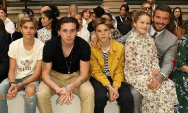 Harper ăn vận như quý cô cùng bố và các anh trai tới cổ vũ mẹ tại 'Tuần lễ thời trang London'