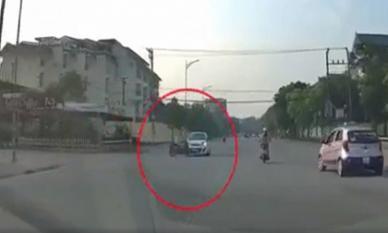 Lao qua ngã tư với tốc độ cao, tài xế xe máy tông ngang ô tô rồi bay lên nắp capo