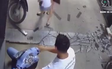 Bố bất cẩn để con vặn tay ga xe máy, suýt gây ra hậu quả thảm khốc