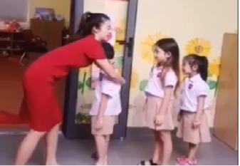 Cô giáo mầm non xinh đẹp tươi cười chào đón trẻ khiến các ông bố cũng muốn đi học lại