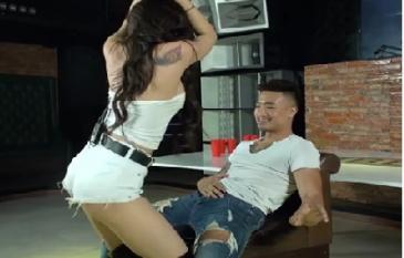 Trước khi dính lùm xùm ở Hội An, hot girl quay clip bán nude còn bị 'ném đá' khi tham gia game lột đồ