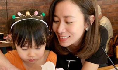 Lần đầu khoe con gái, Xa Thi Mạn vẫn nổi bần bật vì gương mặt cực trẻ trung nhờ nhan sắc lão hóa ngược ở tuổi 44