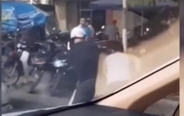 Va chạm giao thông, tài xế bị 2 người đàn ông đi xe máy đến tận cửa ô tô hành hung
