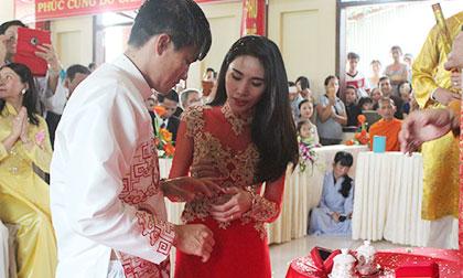 Thủy Tiên - Công Vinh trao nhẫn cưới trong lễ Hằng thuận