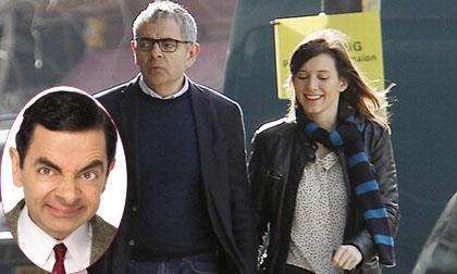 Mr. Bean tình tứ nắm tay bạn gái kém 28 tuổi đi ăn