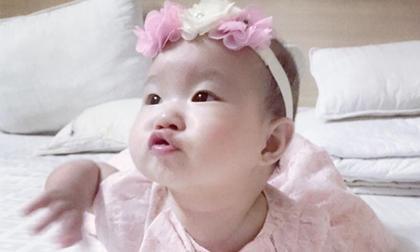 Con gái Lý Hải chu môi tạo dáng cực yêu