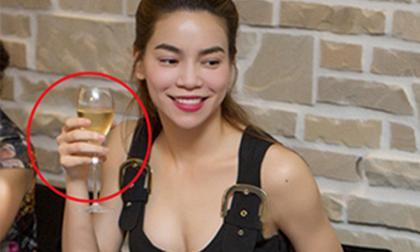 Hồ Ngọc Hà kém 'sành điệu' khi cầm ly rượu sai cách