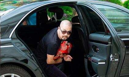 NTK Đức Hùng điển trai như tài tử khi bước xuống từ xe hạng sang gần 30 tỉ