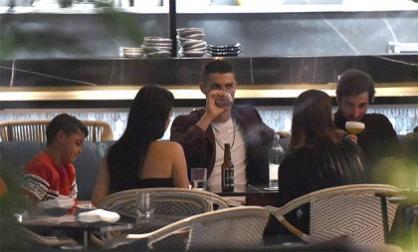 Siêu sao Cris Ronaldo chiêu đãi bạn gái loại rượu đắt nhất thế giới
